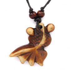 AP046 Амулет Золотая рыбка, имитация резьбы по кости, пластик, со шнурком
