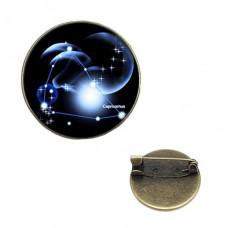 BR047-09 Значок d.2см Знаки Зодиака - Козерог, цвет бронз.