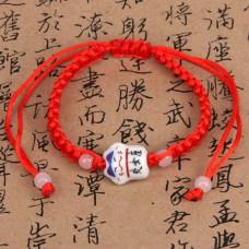 BS027-10 Браслет из красной нити Манеки-Неко, керамика