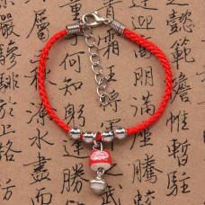 BS027-12 Браслет с маленьким керамическим Манеки-Неко, цвет красный