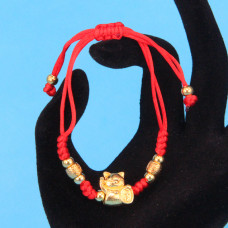 BS225 Браслет из красной нити Манеки-Неко, металл, цвет золот.