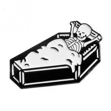 ZN028 Значок Скелет в гробу, металл, эмаль 30х20мм